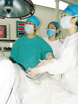 """患者 林女士,女,37岁,患者原于7天前在外院医院体检就诊,时行B超显示""""盆腔包块"""",当地医院建议患者手术治疗。患者要求手术治疗来我院就诊,门诊行查B超检查示:""""左侧卵巢崎胎瘤""""门诊拟诊收入我院妇科。      &n"""